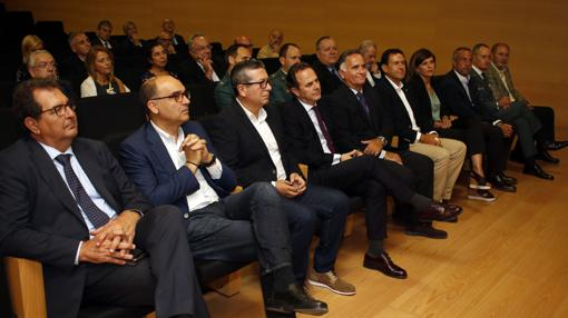 Entre el público, autoridades y representantes políticos y de la Guardia Civil