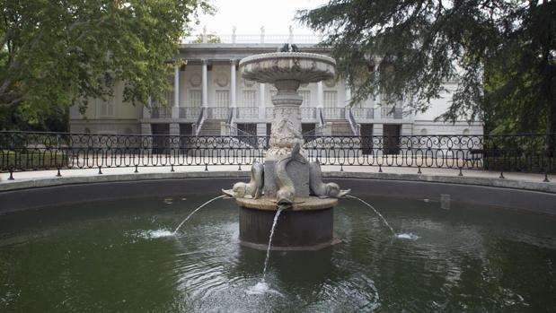 El Palacio del Capricho, tras una fuente en el parque homónimo