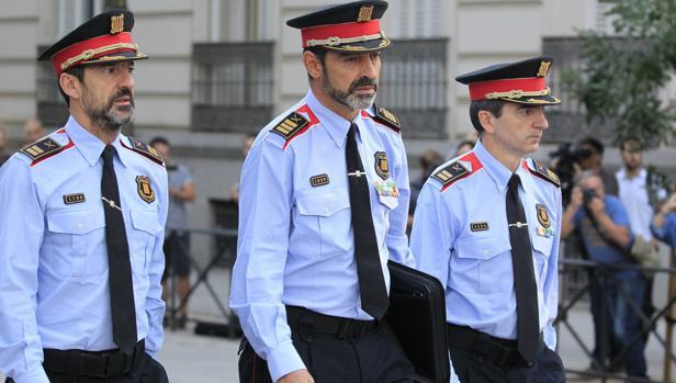 Josep Lluis Trapero, en el centro, esta mañana a su llegada a la Audiencia Nacional