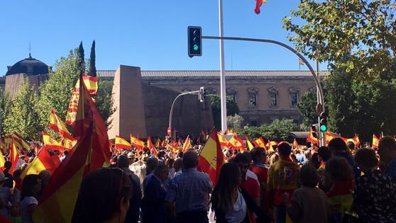 Miles de personas, convocadas por la Fundación para la Defensa de la Nación Española (Denaes), han tomado hoy la Plaza de Colón y la calle de Serrano de Madrid con banderas españolas en un acto en defensa de la unidad de España, la Constitución y el estado de derecho.