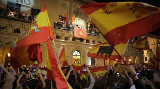 Numerosas banderas de España en la Plaza del Pilar, durante el pregón festivo