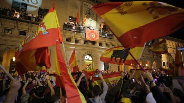 Miles de personas acudieron al pregón festivo con banderas de España