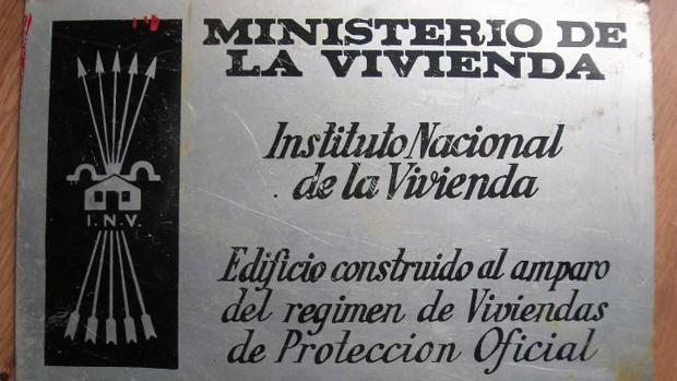 Placa falangista que colocaba el Ministerio de la Vivienda franquista