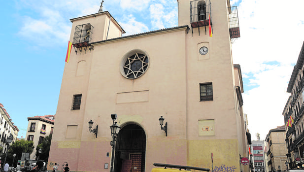 Dos banderas de España cuelgan de la fachada principal de la Iglesia de San Ildefonso, en el barrio de Chueca