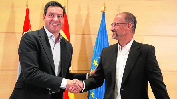 Raúl de la Hoz y Luis Fuentes se estrechan la mano tras firmar el acuerdo entre PP y Ciudadanos
