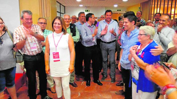 Teresa López recibe el aplauso de sus compañeros en el PSOE