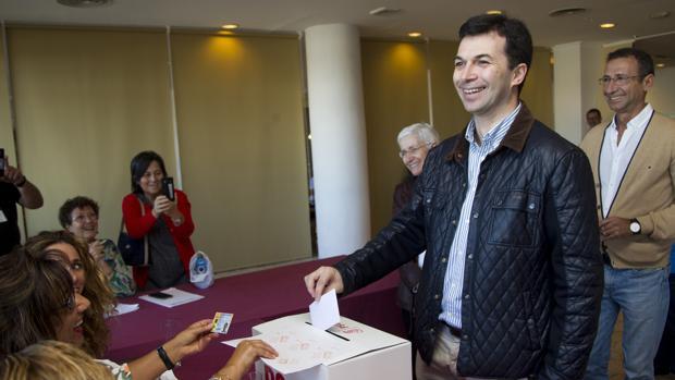 Gonzalo Caballero deposita su voto en las primarias del socialismo gallego