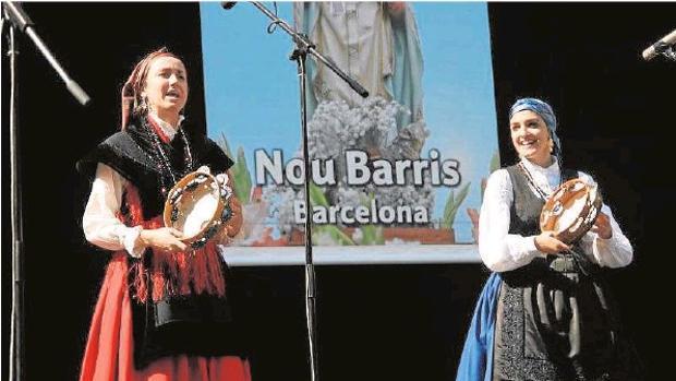 Una agrupación de foclore gallego, durante una actuación en Barcelona