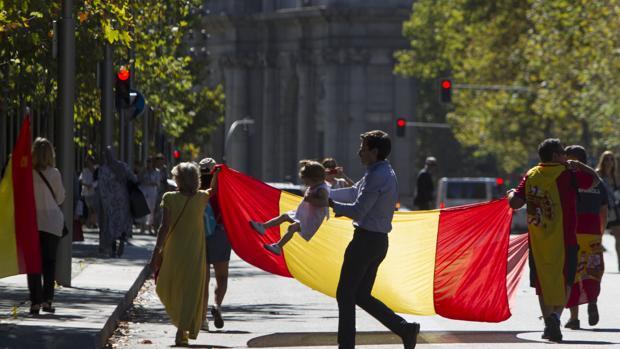 Miles de banderas tiñeron ayer de rojo y amarillo la capital
