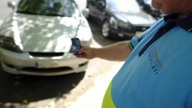 Un controlador tomando fotografías de un vehículo mal estacionado, esta pasada semana