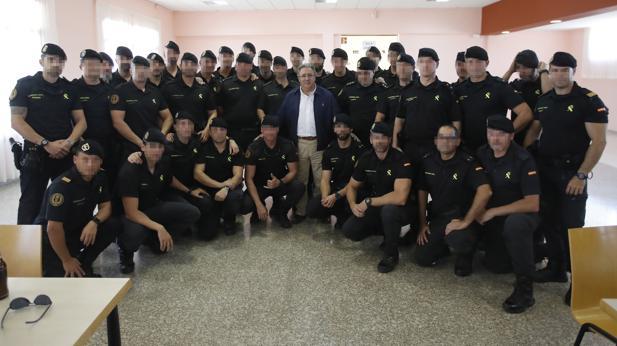 Zoido posa esta semana con guardias civiles desplegados en Cataluña