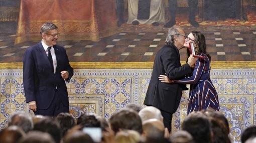 Serrat besa a Oltra en presencia de Puig