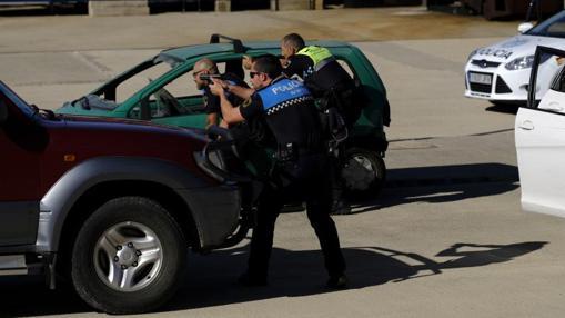 Los policías municipales tratan de abatir a los terroristas simulados