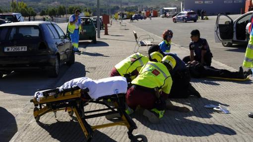 Los policías y los sanitarios atienden a las víctimas