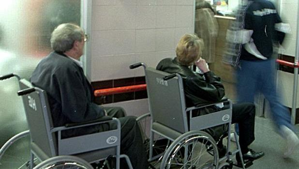 Pacientes esperando turno en una sala hospitalaria de Urgencias