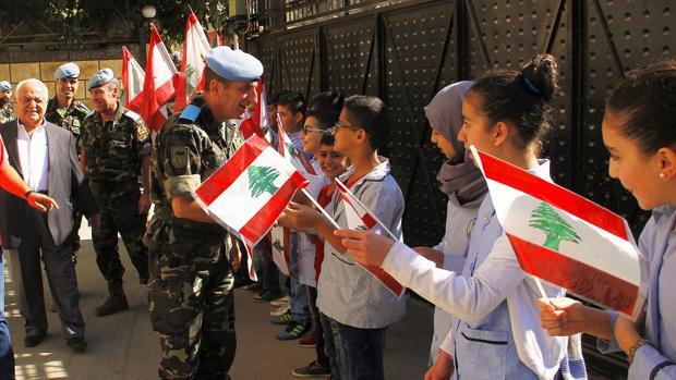 El general Venancio Aguado saludando a escolares en la zona de presencia del Ejército de Tierra