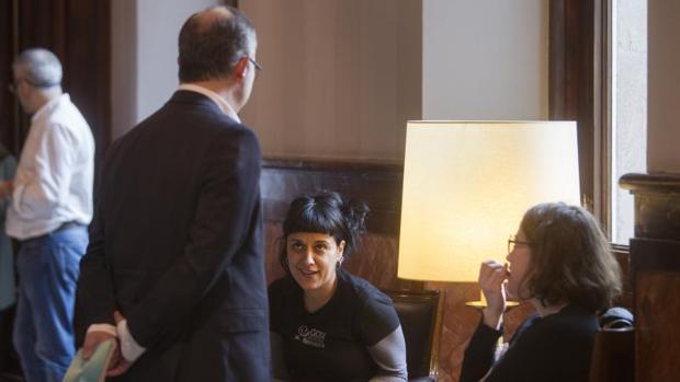 El portavoz de JpSí, Jordi Turull (i), conversa con las portavoces de la CUP, Anna Gabriel y Eulalia Reguant