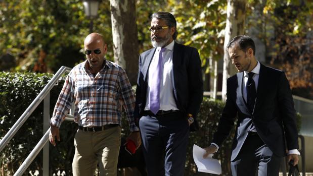 Borja Gutiérrez (en el centro), a su llegada a la Audiencia Nacional