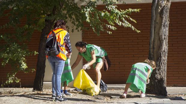 Vecinos de la Alameda de Osuna, este domingo, durante la recogida de basura