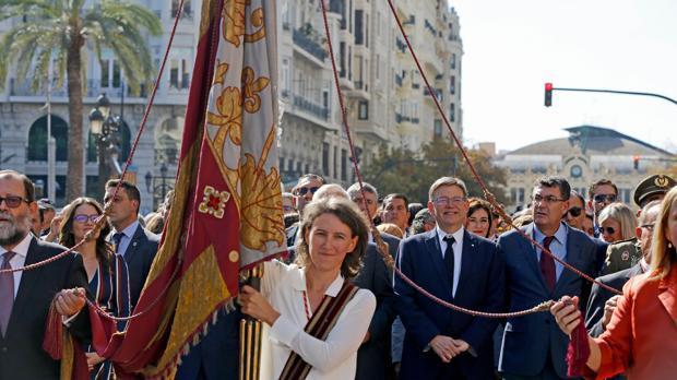La Real Senyera, portada por la concejal de València en comú María Oliver