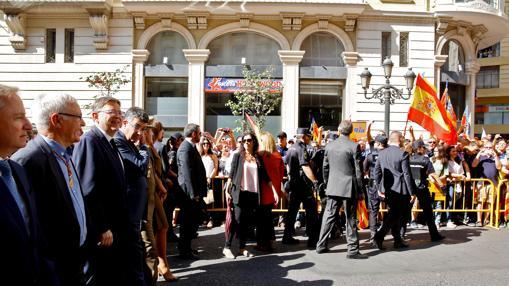 La Policía controla a un grupo de personas al paso de las autoridades