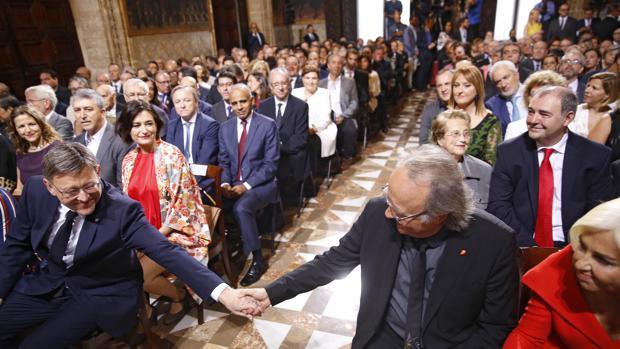 Puig saluda a Serrat en el acto celebrado este lunes en el Palau de la Generalitat
