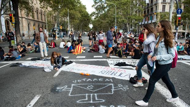 Estudiantes se manifiestan ante la UB para reclamar el derecho a votar el 1-0