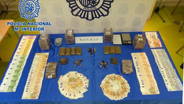 Dinero y droga intervenida a los detenidos