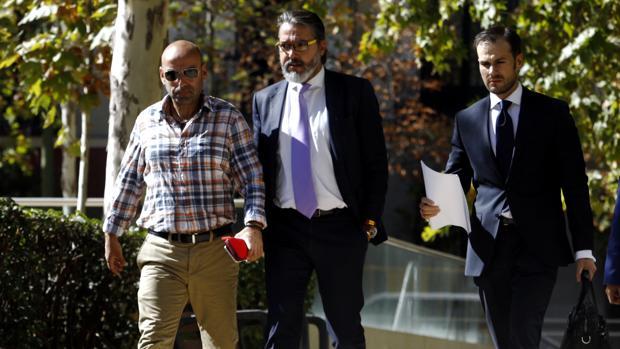 El alcalde de Brunete, Borja Gutiérrez (en el centro), a su llegada a la Audiencia Nacional para prestar declaración