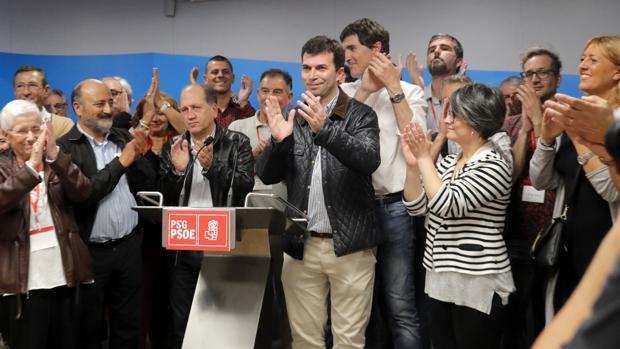 Caballero con los miembros de su equipo tras conocer su victoria en las primarias del PSdeG
