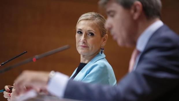 La presidenta de la Comunidad, Cristina Cifuentes, observa a su consejero de Presidencia, Ángel Garrido