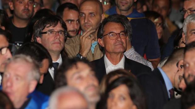 Artur Mas junto a Carles Puigdemont en el cierre de campaña del referendum ilegal en Barcelona