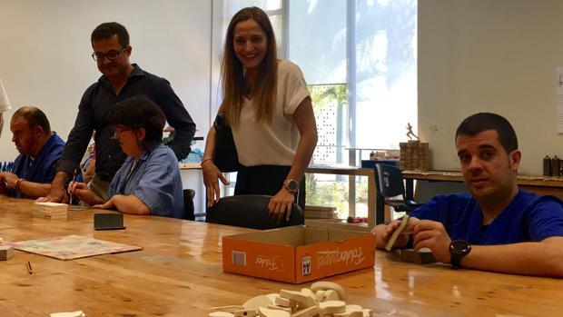 Usuarios del centro Oriol trabajando en la elaboración de los obsequios