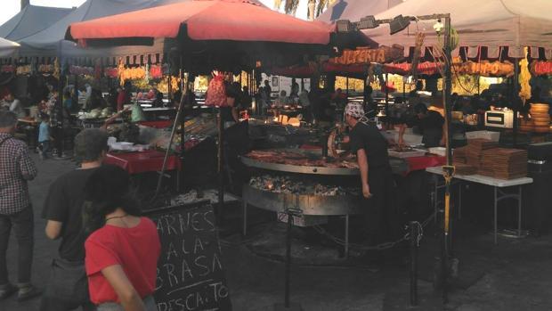 Imagen de los puestos de comida del mercado de las Torres de Serranos