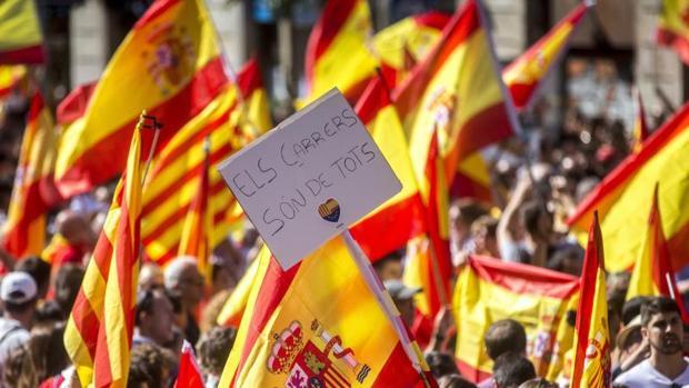 Un cartel con '' Las calles son de todos'' recorre la manifestación del domingo en Barcelona