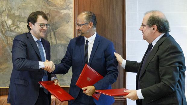 Fernández Mañueco, Fuentes y Herrera, tras firmar el acuerdo de Presupuestos