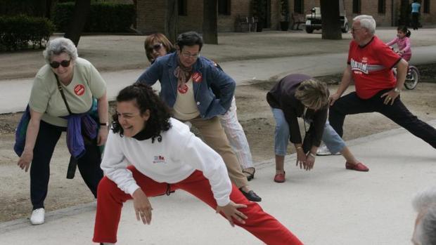 Un grupo de personas mayores realizando ejercicio