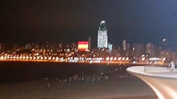 Foto de uno de los hoteles iluminados con los colores de la bandera en Benidorm difundida por el senador Agustín Almodóbar