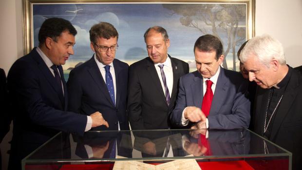 Rodríguez, Feijóo, Mato, Caballero y Quinteiro; frente al pergamino
