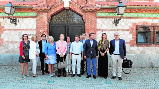 Martínez-Almeida, junto a algunos de los concejales del PP en Matadero