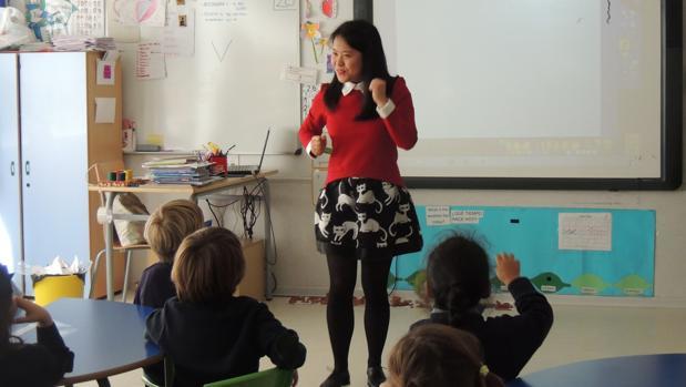 Una profesora nativa, en una clase de educación infantil