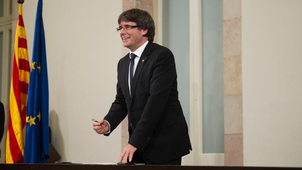 Carles Puigdemento, después de comparecer en el Parlamento catalán, firma una declaración de independencia