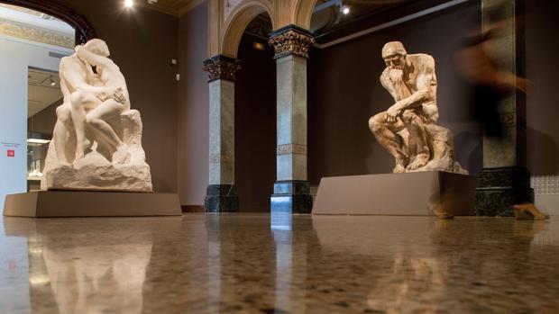 Versiones de las obras «El beso» (i) y «El pensador» (d) pueden contemplarse en la exposición