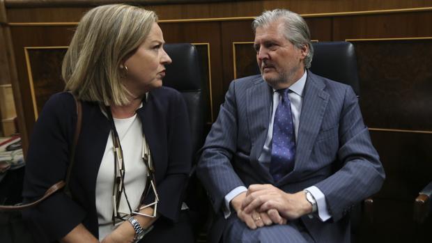 Ana Oramas, de Coalición Canaria, e Íñigo Méndez de Vigo, el ministro de Educación, en el Congreso de los Diputados