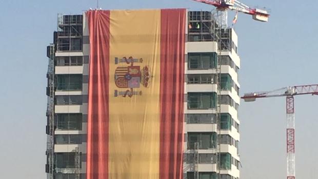 La bandera de España en el edificio de Valdebebas