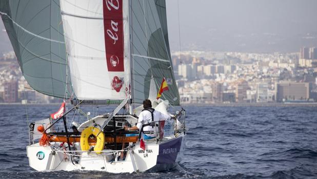 Un velero de la regata Minitransat llegado este Día de la Fiesta Nacional a la capital grancanaria