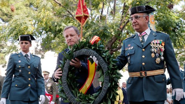El Delegado del Gobierno en la Comunitat Valenciana, Juan Carlos Moragues y el jefe de la Comancia de la Guardia Civil, Amador Escalada, durante los actos de la Virgen del Pilar