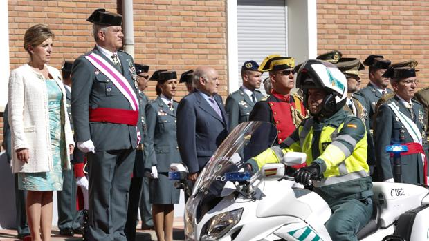 La delegada del Gobierno, Maria José Salgueiro y el general jefe de la XII Zona de la Guardia Civil de Castilla y León, Francisco Javier Sualdea, participan en los actos organizados en la Comandancia de León con motivo de la festividad del Pilar
