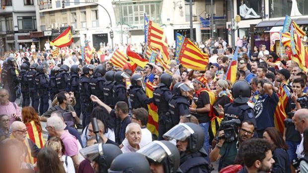 Imagen del cordón policial en la manifestación del 9 d'Octubre en Valencia