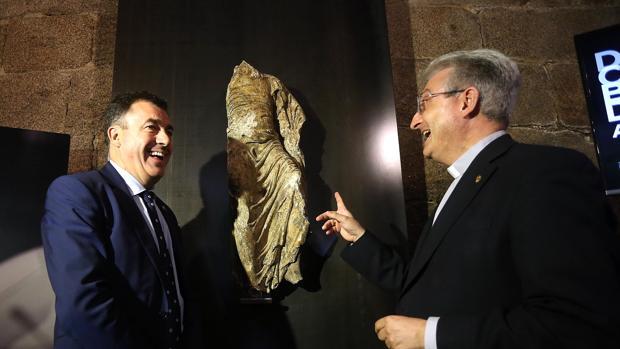 El conselleiro de Cultura, Román Rodríguez, y el director de la Fundación Catedral en la presentación de la obra
